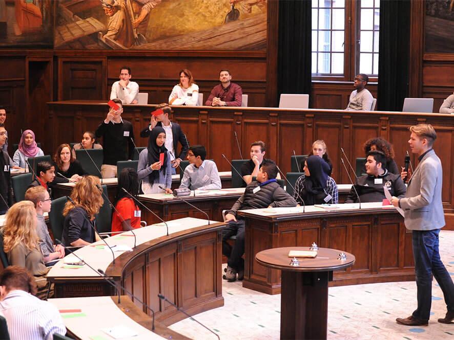 ACCENT Centrum in raadzaal voor Groot Leerlingen Debat