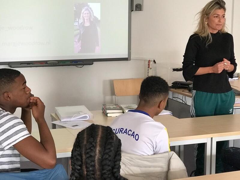 Schrijfster Margje Woodrow  op bezoek bij Entree-opleiding van Accent Hoogvliet