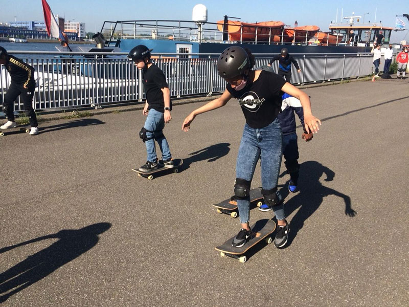 De leerlingen van Accent Delfshaven maken kennis met skateboarden